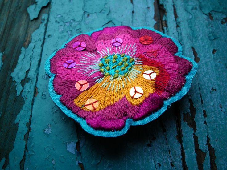 brož+POPPY+Vzpomínka+na+červnové+dny......Nápadná+florální+vyšívaná+brož+nádherných+červených+odstínů+s+odlesky+flitrů+prosvítí+každou+podzimní+mlhu.+velikost:+6+cm+