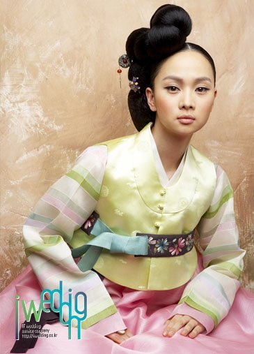 [아이웨딩] 한복 - 숙현한복. 드라마 대장금을 비롯, 제중원, 동이에 이르기 까지 전통의 미와 현대적 스타일이 만나는 고급스러운 맞춤 한복을 냄. 자수, 염색, 바느질 등 각 분야 전문가들의 아름다운 솜씨