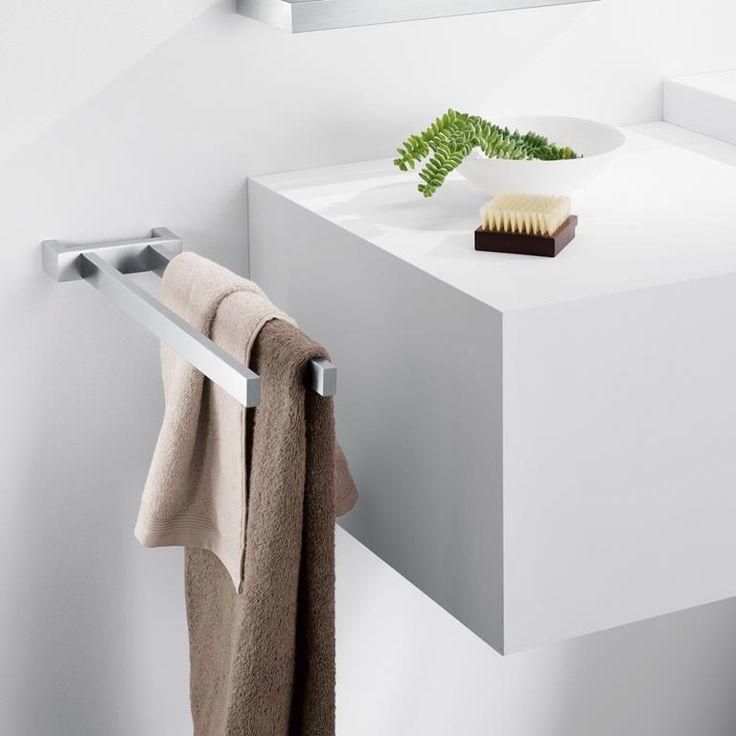 De Linea handdoekstang van ZACK staat prachtig bij een strak interieur in de badkamer. Geef handdoeken een mooi plekje naast bijvoorbeeld de wasbak met deze houder. Het eigentijdse ontwerp van de stang maakt hem onmisbaar in een moderne badkamer!