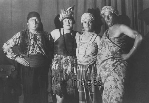 Zwei Männer und zwei Frauen posieren in ihren Faschingskostümen.
