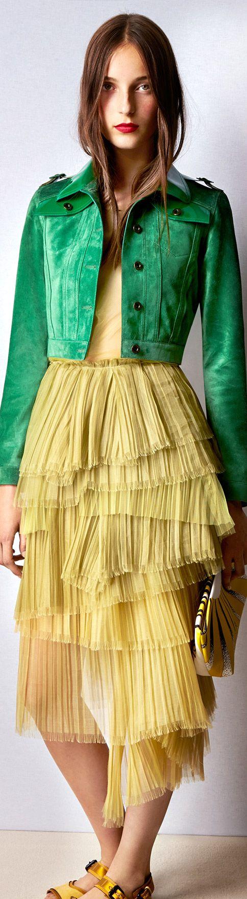 Una chaqueta corta en verde suave sobre capas y capas de tul. #fashion #trend