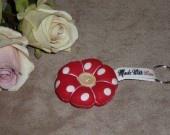 fleur japonaise en porte clefs rouge a pois blancs
