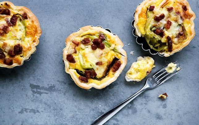 Små tærter med cheddar, bacon og bagte forårsløg