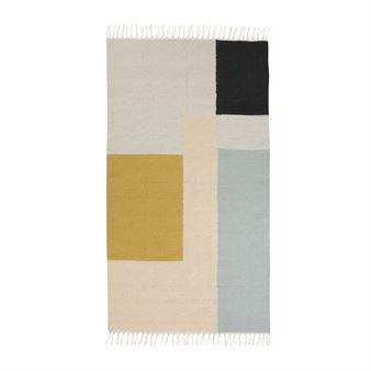 Geef uw interieur een nieuwe look met het grafische Kelim vloerkleed van het Deense Ferm Living! Het kleed is gemaakt van wol en katoen en heeft een stijlvol patroon met gemixte kleuren. Leg het kleed in de hal of hang het als decoratief detail aan de muur! Mooi in combinatie met andere stijlvolle producten van Ferm Living. Keuze uit verschillende varianten.