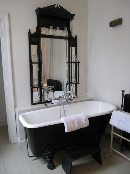 Ground floor, Boulevard Leopold_17, I love everything about this bath, the black and white, the mirror....