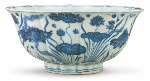 Hollyhock-shaped bowl with underglaze-blue decoration of fish and aquatic plants in a lotus pond, mark and period of Xuande. Diameter: 18.4 cm © Collection of National Palace Museum, Taipei