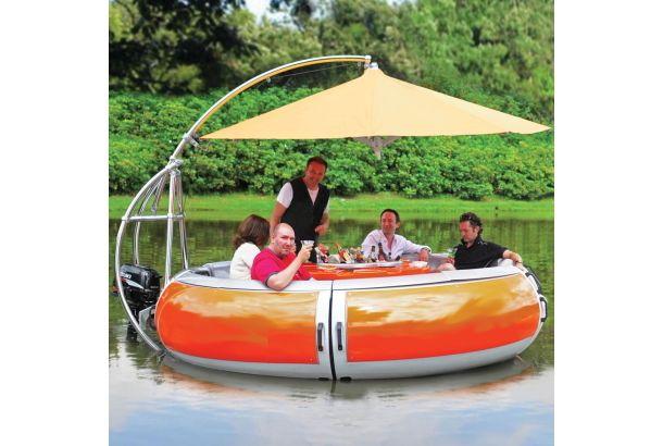 バーベキューって、お庭とか河原とかで楽しむものだ、と思うじゃないですか。まさか、水上でバーベキューを楽しむためだけに作られたボートがあったとは。 「Barbecue Dining Boat」は、バーベキューグリルテーブルを中心にラウンド型のシートと屋根(傘)を付けて水上を進むことができる、バーベキュー専用のお舟なんです。   大人10人まで座れます。テーブルはドリンクホルダー一体型。   海外のバーベキュー好きったら、本当に徹底していますね。半日とか一日とか、ものすごく長い時間をかけて談笑を楽しむのでしょうね。   文化の違いってすごいなぁ。こんなボートまで作っちゃうなんて。水上バーベキュー、一度体験してみたいですね。楽しい会話がもっと盛り上がりそう!  The Barbecue Dining Boat.