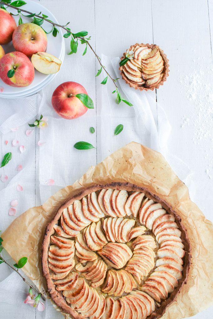Tarte aux pommes de ma maman {vegan} - Ingrédients : 1 kg 1/2 de pommes, 1 pincée de vanille, 50 g de sucre de canne, 220 g de farine T 80...