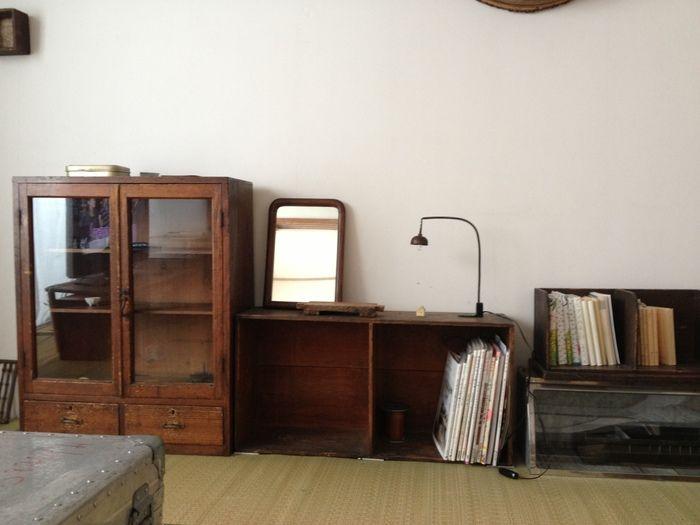 畳に映える木の古びた茶色が優しい雰囲気を醸し出している棚と、照明や鏡が一層レトロ感を出しています。