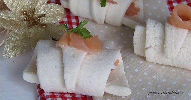 Cornetti di pancarre al salmone con pochi ingredienti e veloci da fare. Questi Cornetti di pancarre al salmone si possono preparare prima, anche la sera e poi tenere in frigo, manterranno la forma e vi permetteranno di on stare troppo impegnati ai fornelli.