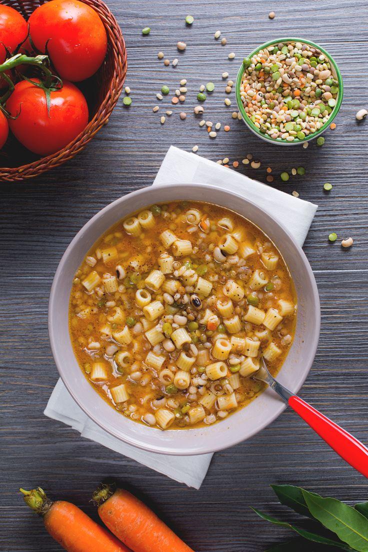 La minestra di pasta con legumi misti e alloro è una pietanza calda e confortante, un primo piatto perfetto per le giornate più fredde! #Giallozafferano #recipe #ricetta #inverno