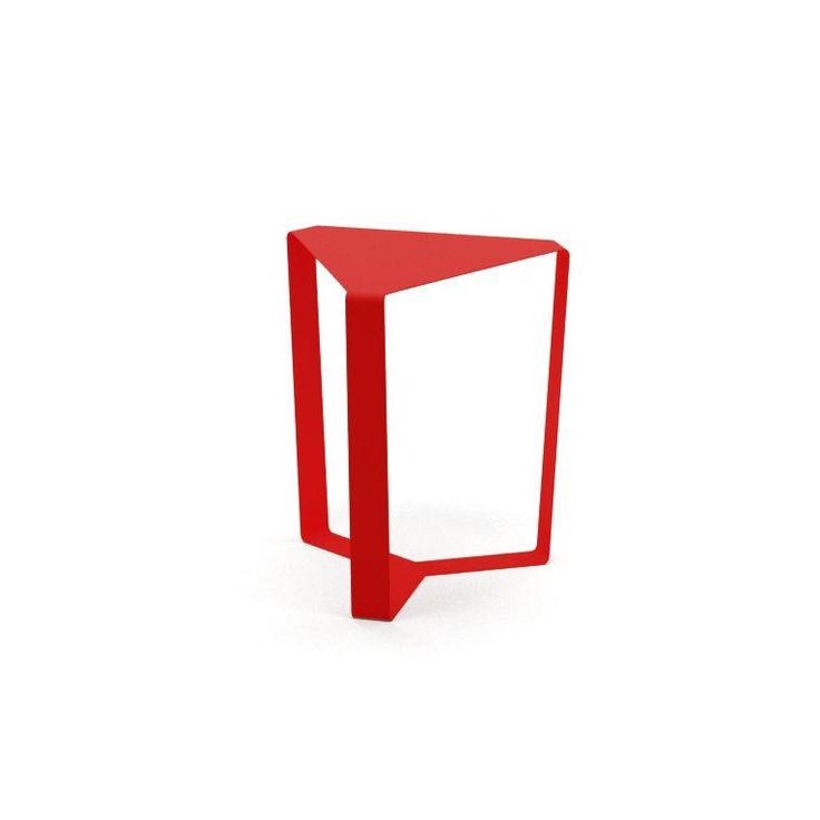 Tavolino triangolare Meme Design - Struttura particolarmente innovativa per la sua forma triangolare. E' interamente elaborato in metallo ed è disponibile in diversi colori a scelta tra cui bianco, pioggia, grafite, canapa, fango, petrolio, nero, giallo maya, zucca. Le dimensioni del tavolino triangolare Meme Design Finity sono di 38x34 cm ed altezza di 40 cm. Meme Design Finity è il tavolino perfetto per un soggiorno moderno e colorato.