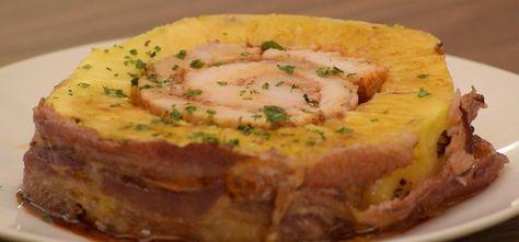 Receta de piña asada con carne de cerdo adobada. Fácil de preparar, su combinación de sabores al horno será un festín al paladar.
