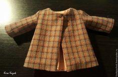 Como coser un abrigo para muñeca DIY DIY Aprende paso a paso como coser un abrigo para muñecas. DIY tutorial grafico para confeccionar un abriguito para muñeca, ya sea de tela, amigurumi o cualquier otro estilo. Fuente:https://www.livemaster.ru/ DIY Pantalones vaqueros para muñecosDIY Cazadora vaquera para muñeca con patrónMuñeca de tela durmiendo, con patronesDIY …