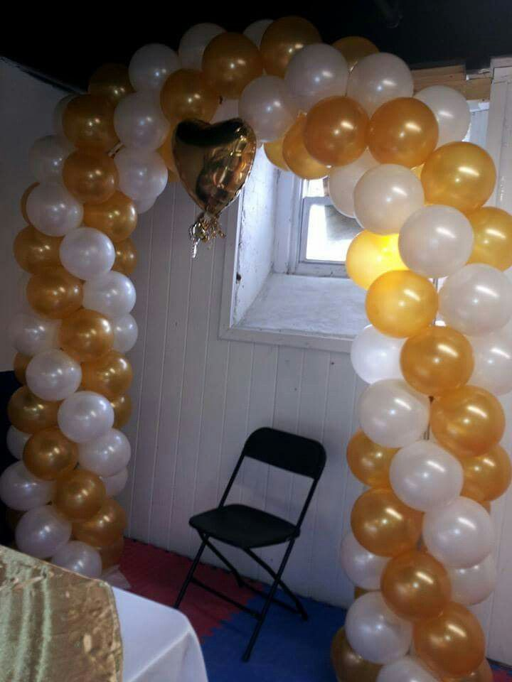 Arco con globos blanco y dorado globos pinterest for Decoracion para pared negra
