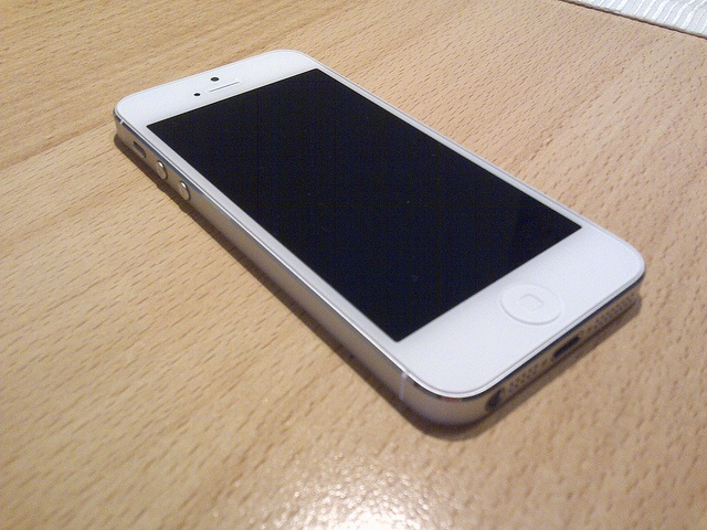Apple iPhone 5 in Weiß.     Free & low cost (app's for iphones & ipads from itunes) Also @ Appdazzle's you can see how to make your own app's with provided easy step by step course how to make your own app's to sell on itunes.