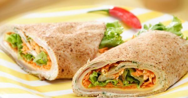 1 pão sírio grande  - 1 colher (sopa) de leite  - 3 colheres (sopa) de Requeijão Cremoso NESTLÉ®  - 1 colher (sopa) de salsa picada  - 4 fatias de peito de peru  - 4 fatias de queijo prato  - 4 colheres (sopa) de cenoura ralada  - 2 folhas grandes de alface  -