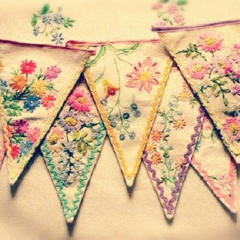 Vintage banner flags made from old pillowcases. Wow. I really love this. Would work so well in my girls' room.