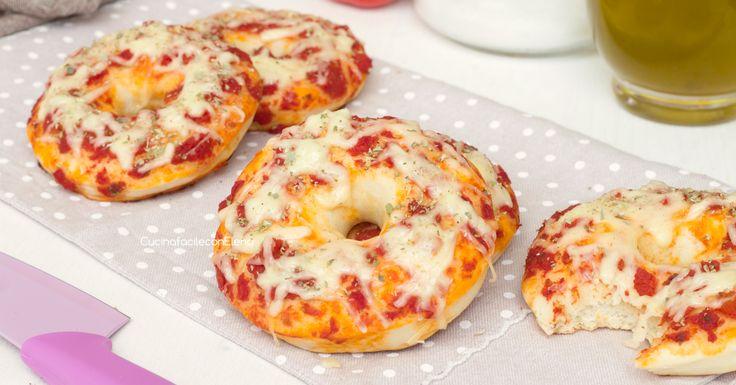 Queste ciambelline alla pizza sono davvero favolose, sofficissime e gustose, seguite il passo passo e preparatele subito!