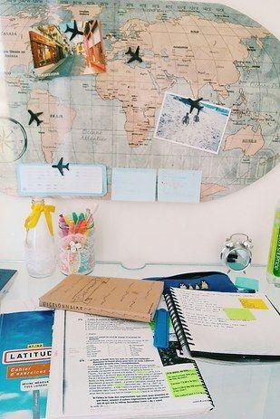 me encanta el mapa con los avioncitos y cosas de viajes... idea diy