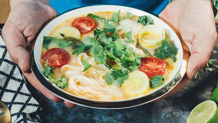 Zupa rybna z makaronem sojowym na sposób tajski, 1,5 l bulionu warzywnego z przewagą pora   400 g fileta z białej białej ryby  puszka mleka kokosowego  limonka   pół opakowania makaronu sojowego albo ryżowego  łyżka pasty tom yum  liście kafir  trawa cytrynowa  świeża kolendra  imbir  sos rybny  sos sojowy