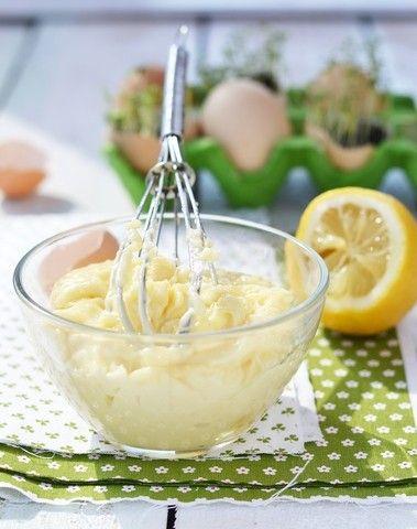 Majones Oppskrift 3 eggeplommer 1 ss vann 5 g salt 1 ss god hvit eddik eller sitron 4 dl solsikkeolje, etter smak 1/2 ss sennep Nykvernet hvit pepper