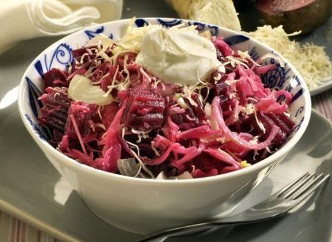 Ingredience: řepa červená 400 gramů, zelí kysané 100 gramů, křen 40 gramů, smetana zakysaná 100 mililitrů, cibule 1 kus, sůl.