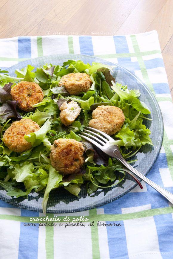 Una ricetta leggera e molto fresca, perfetta come piatto unico! Crocchette di pollo al forno con patate e piselli, servite su insalata mista e limone.