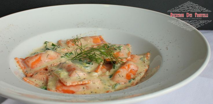 ravioli γεµιστά με σολομό σε ελαφριά λευκή κρέμα, φρέσκο κρεμμύδι και άνιθο
