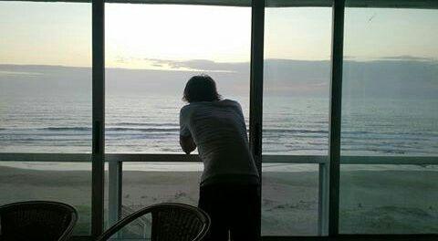 Andy mirando por el balcón