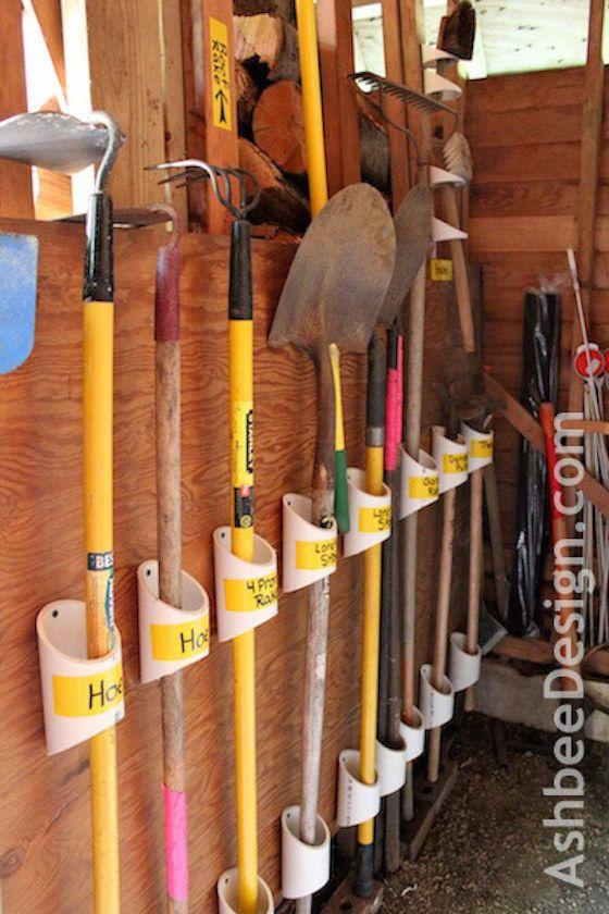 Utiliza pedazos de tubos de PVC para colgar tus herramientas de jardinería. | 38 ideas para organizar tu garaje que son prácticamente geniales