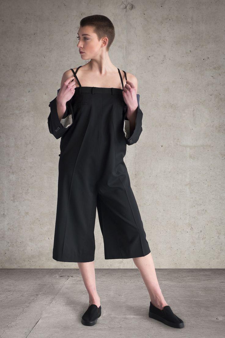 """Du liebst ausgefallene #Kleidung? Dann gib dein Gebot jetzt bei der Auktion #JUMPSUIT. Dieser schöne Hosenanzug ist Teil der """"Eclectic""""-Kollektion von Bettina Schmutz. Der #Jumpsuit wurde aus ausrangierten Herrenanzughosen gefertigt."""
