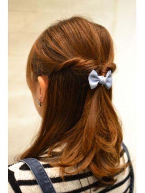 両サイドの髪をねじって両側をまとめて結びます。そこをくるりんぱするだけの簡単スタイル。