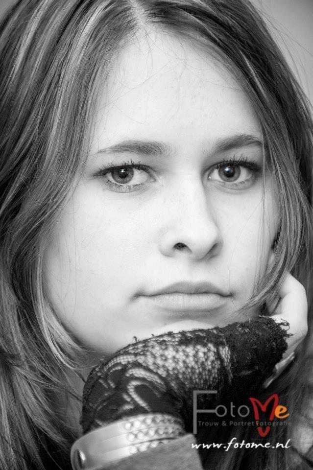 Zwart wit geeft vaak een mooie expressie aan een blik ! Voor meer portretfotografie kijk op www.fotome.nl