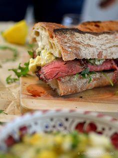 Roastbeef Sandwich – Baguette belegt mit feinstem, selbstgegartem Roastbeef nach Lafer, mariniert und bei 100 Grad im Ofen gegart. Mit Apfel-Remoulade.