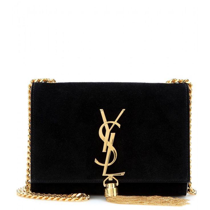 """Saint Laurents schwarze Mini-Bag ist eine elegante Begleiterin, in der die liebsten Evening-Essentials Platz haben. Mit ihrer betörenden Liaison aus softem Veloursleder, einem goldfarbenen Tassel-Anhänger und dem ikonischen Logo-Schriftzug setzt die """"Classic Monogramme"""" Bag glamouröse Akzente."""