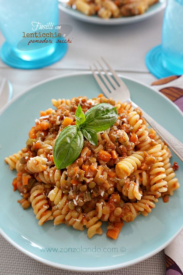 Fusilli con lenticchie e pomodori secchi - Pasta with lentils and dried tomato pesto | From Zonzolando.com
