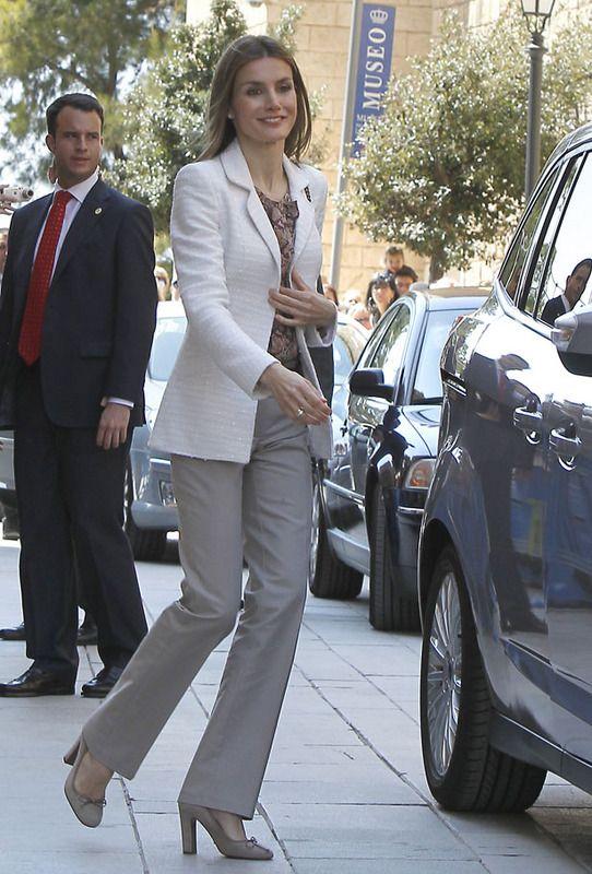 Blazer Fantástico el tejido de la blazer blanca que luce la princesa, sobre una blusa de estampado étnico. Otro working look adaptable a casi todo tipo de situaciones