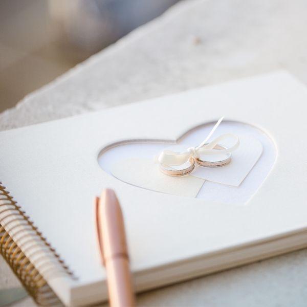 Traumhaftes Hochzeitsalbum in Creme mit romantischem Herzmotiv