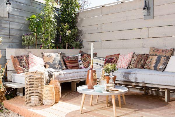 KARWEI | Aflevering 4: Een heerlijke zelfgemaakte zitplek. Met een aantal kussens maak je 'm helemaal af!