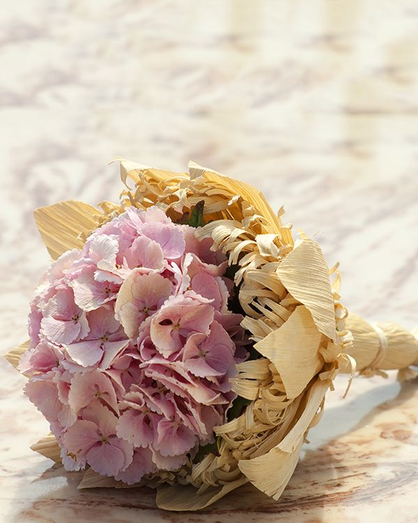 Buchet de mireasa rustic cu hortensii roz. Rustic wedding bouquet with pink Hydrangea.