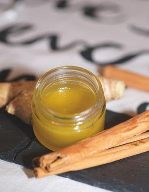 die warme Socken-Salbe: ½ Apfel, 1 EL geraspelter Ingwer, 1 TL Zimt, 100 ml Öl, 10 g Bienenwachs