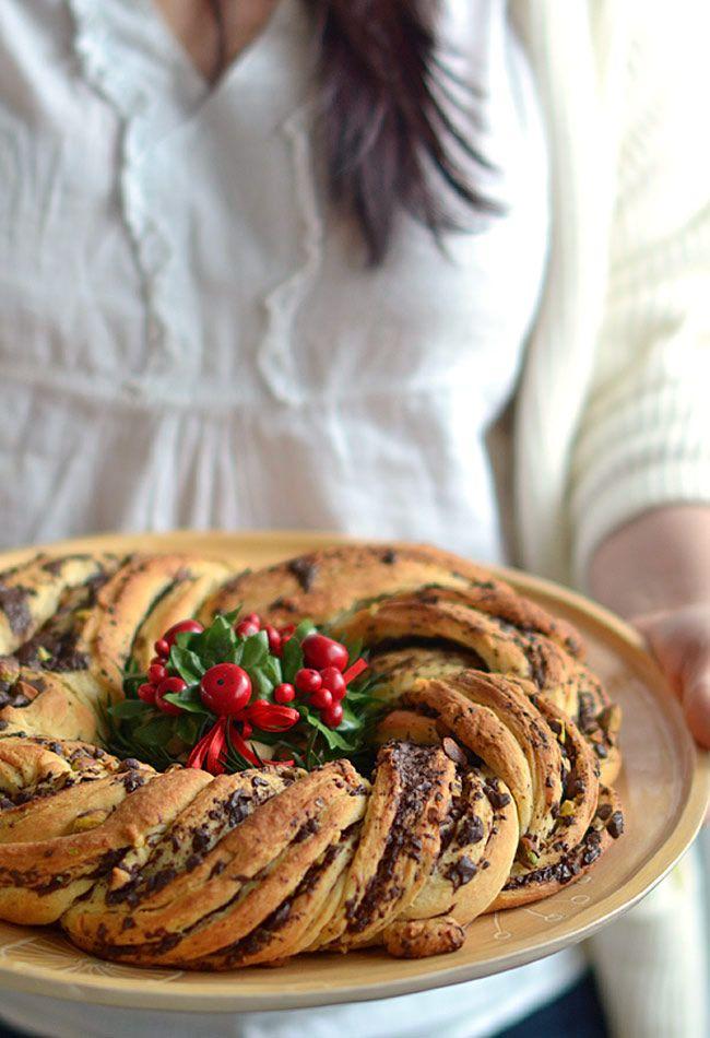 Świąteczny wieniec drożdżowy z czekoladą i orzeszkami pistacjowymi