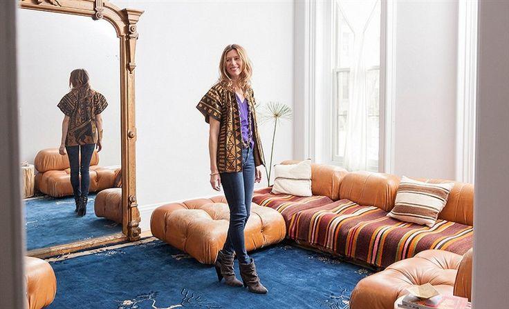 Laat je inspireren door een interieur midden in Brooklyn met verrassende gypsy invloeden. Geen enkel meubelstuk in dit huis is boven kniehoogte. 'De tapijten op de vloer zijn om op te zitten. De Berber stammen in Marokko en de Rolling Stones zijn mijn inspiratiebronnen'.