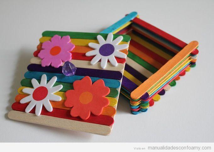 Manualidades para niños en verano, caja de palos de polo y flores de goma eva