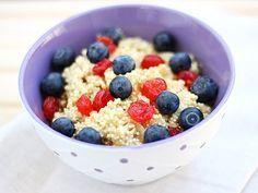 Breakfast-Quinoa heißt die morgendliche Mahlzeit, die den Körper mit hochwertigen Proteinen und Spurenelementen versorgt.