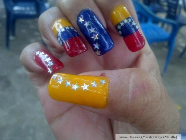 uñas decoradas con las colores de Venezuela