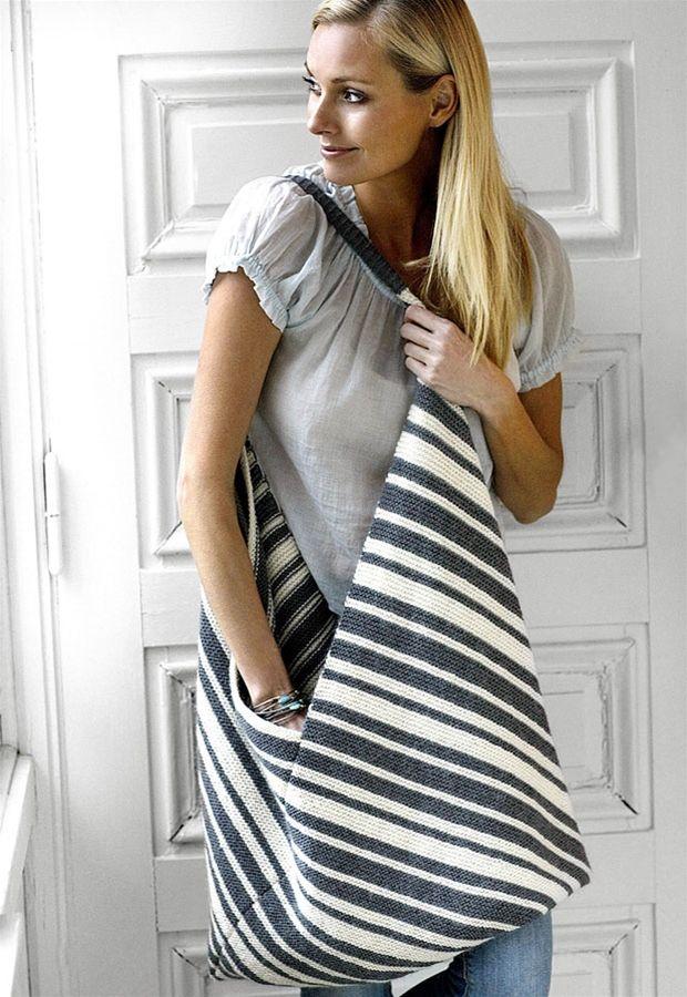 Strik (hækl) et langt stykke med striber, fold det efter tegningen, og du har en smuk taske med diagonalt mønster.