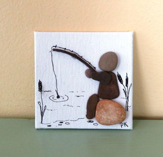 Deze originele pebble kunst foto is gemaakt op doek bord 3 x 3 gemonteerd op een kleine houten ezel. Het werd gemaakt met strand-kiezels van Lake Michigan, twijgen en inkt. Het beschikt over een man zittend op een rots te vissen. Hierdoor zou een leuk Vaderdag cadeau.  Koper heeft de optie van het kiezen van een zwarte of natuurlijke gekleurde ezel. Geef uw kleurkeuze van de ezel bij het bestellen. Als u niet opgeeft een willekeurige kleur zal worden geselecteerd. Bedankt voor het kijken en…
