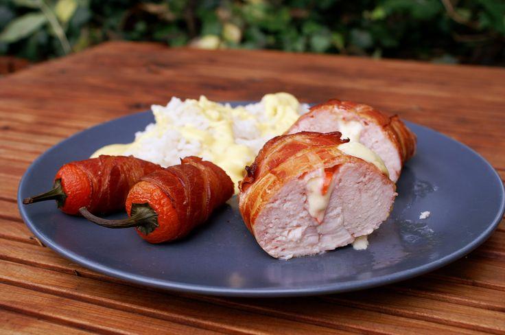 Dieses Rezept für Hähnchen Cordon Bleu vom Kugelgrill ist sehr einfach und schnell: Leckere Hähnchenbrust im Baconmantel, gefüllt mit Schicken und Käse.
